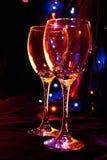 Zwei Gläser auf einem Hintergrund von Lichtern Lizenzfreie Stockfotografie