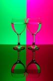 Zwei Gläser auf Neonhintergrund Stockfotografie