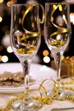 Zwei Gläser auf neuem Jahr verzierten Tabelle Stockbilder