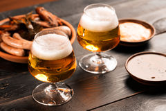 Zwei Gläser Bier Lizenzfreie Stockbilder