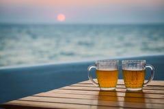 Zwei Gläser Bier auf einem Strand Lizenzfreie Stockfotografie