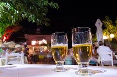 Zwei Gläser Bier auf einer Tabelle Lizenzfreies Stockbild