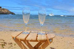 Zwei Gläser Champagne On The Beach With-Seebac Stockbild