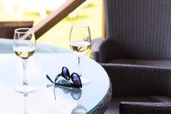 Zwei Gläser Champagner auf dem Tisch draußen Stockfoto