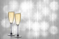 Zwei Gläser Champagner auf schönem Hintergrund lizenzfreie stockfotografie