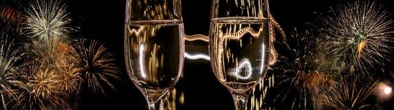 Zwei Gläser Champagner mit Blasennahaufnahme auf dem Hintergrund von bunten Feuerwerken lizenzfreie stockfotos