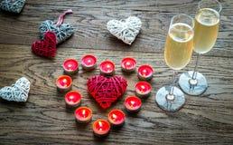 Zwei Gläser Champagner mit brennenden Kerzen und Stockherzen Lizenzfreie Stockbilder