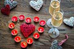 Zwei Gläser Champagner mit brennenden Kerzen und Stockherzen Lizenzfreie Stockfotografie
