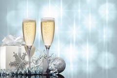 Zwei Gläser Champagner mit Geschenk und Weihnachtsspielwaren lizenzfreie stockfotos