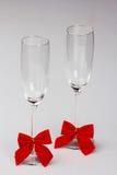 Zwei Gläser Champagner mit roten Bögen Stockbild