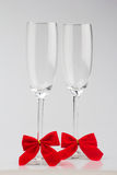 Zwei Gläser Champagner mit roten Bögen Stockfotografie