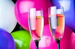 Zwei Gläser Champagner und Ballone auf Partei Stockfoto