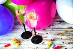 Zwei Gläser Champagner und Ballone auf Partei Stockbilder