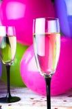Zwei Gläser Champagner und Ballone auf Partei Lizenzfreie Stockfotos