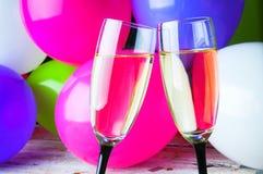 Zwei Gläser Champagner und Ballone auf Partei Stockfotografie