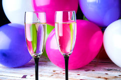 Zwei Gläser Champagner und Ballone auf Partei Stockbild