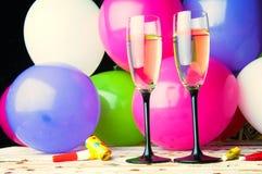 Zwei Gläser Champagner und Ballone auf Partei Stockfotos