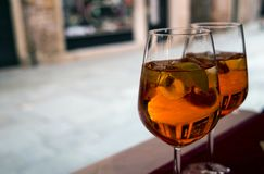 Zwei Gläser Cocktail aperol spritz auf einer Tabelle Lizenzfreie Stockbilder