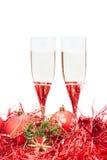 Zwei Gläser des Champagners und des Engels stellen am Rot dar Lizenzfreie Stockfotografie