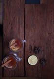Zwei Gläser des glühenden Getränks Verrührter Wein Lizenzfreies Stockbild