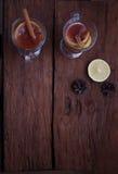 Zwei Gläser des glühenden Getränks Verrührter Wein Lizenzfreies Stockfoto