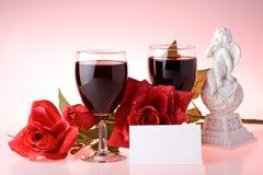 Zwei Gläser des Weins, rosafarben und des Amors. Stockbilder