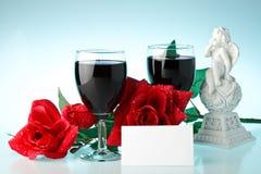 Zwei Gläser des Weins, rosafarben und des Amors. Stockfotografie