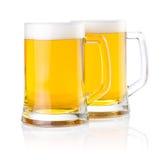 Zwei Gläser frisches Bier mit Schaumgummi   stockbild