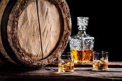 Zwei Gläser gealterter Whisky mit Eis Stockbild