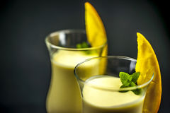 Zwei Gläser Mango lassi lizenzfreies stockfoto