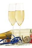 Zwei Gläser mit Champagner, alte Taschenuhr, stre Stockfoto