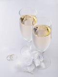 Zwei Gläser mit Champagner- und Hochzeitsdekoration Lizenzfreie Stockfotos