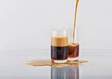Zwei Gläser mit dem mit Kohlensäure durchgesetzten dunklen Getränk Stockbild