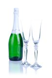 Zwei Gläser mit der Sektflasche lokalisiert auf einem weißen Hintergrund Stockfoto