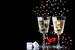 Zwei Gläser mit einem Cocktail und zwei Herzen, Valentinstagkonzept stockfoto