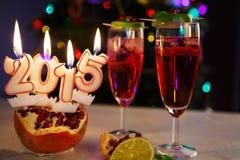 Zwei Gläser mit rotem Champagner und Kerzen 2015 Lizenzfreies Stockbild