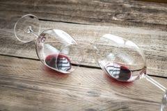 Zwei Gläser mit Rotwein Stockbilder