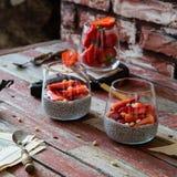 Zwei Gläser mit selbst gemachtem Super- Nahrung-chia Pudding mit geschnittenen Erdbeeren lizenzfreies stockbild