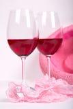 Zwei Gläser Rotwein nahe rosa Schlüpfer Stockfotografie