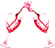 Zwei Gläser Rotweinzusammenfassungsspritzen lokalisiert auf Weiß Lizenzfreie Stockfotografie