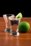 Zwei Gläser Tequila, Salz und Kalk Stockbilder