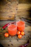 Zwei Gläser Tomatensaftpfeffer-Kirsche stockfoto