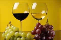 Zwei Gläser und eine Flasche Wein Stockfotografie
