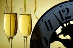 Zwei Gläser und eine Uhr bereit zu einem neuen Jahr stockfotografie