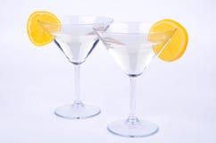 Zwei Gläser von Martini und von Zitrone auf Blau Stockbilder