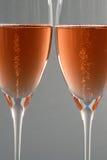 Zwei Gläser von Rosé Champagne Lizenzfreie Stockfotos