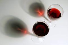 Zwei Gläser von rotem Wein stockbilder