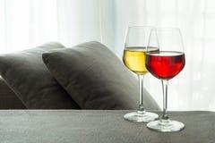 Zwei Gläser weißer u. Rotwein Stockfotos