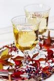 Zwei Gläser Weißwein auf einem Weinlesesilbertablett verziert mit Herbsttraube, Blättern und Himbeeren, romantisches Picknick Lizenzfreies Stockbild