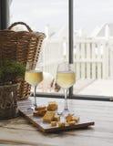 Zwei Gläser Weißwein mit Käse, rustikaler, selektiver Fokus stockfotografie